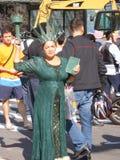 Lebendes grünes Freiheitsstatue ist die Unterhaltung für die Touristen Stockfotos