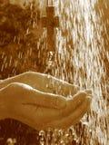 Lebendes Wasser - Kreuz in der Dusche Lizenzfreies Stockbild