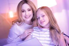 Lebendige Mutter und Tochter, die jede andere Firma genießt Lizenzfreies Stockbild