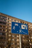Lebeneuropäisches Verkehrsschild des sektors in Riga, Lettland mit einem typischen sowjetischen Wohnblock Wohnungsbau im Hintergr stockbild