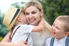 Lebenmoment der glücklichen Familie! Junge Mutter und zwei schöne Söhne stockfotografie