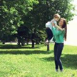 Lebenmoment der glücklichen Familie! Mutter- und Sohnkinderspielen Stockfotos