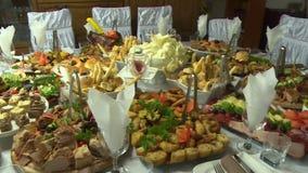 Lebensmittel auf dem Tisch gedient stock video