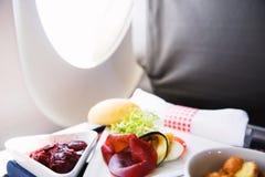 Lebensmittel auf dem Tisch gedient an Bord von Business-Class-Flugzeug Stockfotos