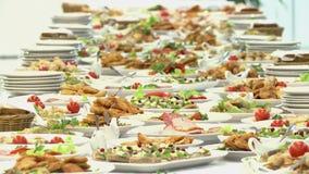 Lebensmittel auf dem Tisch gedient, die schwedische Tabelle: Fleisch, Reis, Teigwaren, Salate stock footage