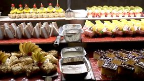 Lebensmittel auf dem Tisch gedient, die schwedische Tabelle: Fleisch, Reis, Teigwaren, Salate und verschiedene Kuchen und Gebäck stock video footage