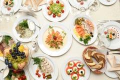 Lebensmittel auf dem Tisch zugebereitet im Restaurant Lizenzfreie Stockfotografie