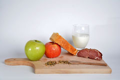 Lebensmittel auf einem hölzernen Brett Lizenzfreies Stockfoto