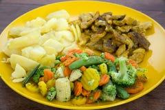 Lebensmittel auf einer gelben Platte Stockfotografie