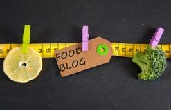 Lebensmittel-Blogaufschrift geschrieben auf Papiertag Stockfoto