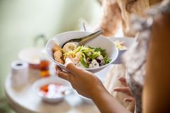 Lebensmittel-Buffet-Verpflegung, die die Partei essend teilt Konzept speist stockfotos
