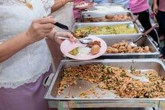 Lebensmittel-Buffet-Verpflegung, die die Partei essend teilt Konzept speist Leutegruppenverpflegungs-Buffetlebensmittel Innen im  lizenzfreies stockfoto