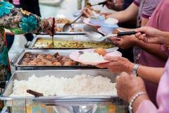 Lebensmittel-Buffet-Verpflegung, die die Partei essend teilt Konzept speist Leutegruppenverpflegungs-Buffetlebensmittel Innen im  stockbilder