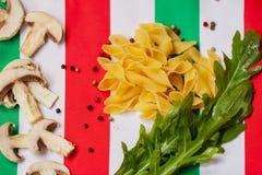 Lebensmittel in den Farben der italienischen Flagge Lizenzfreies Stockbild