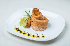 Lebensmittel in den Platten auf einem weißen Hintergrund stockbild