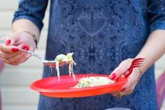 Lebensmittel in den Wegwerfplastikgeräten rot Das Lebensmittel ist vegetarisch lizenzfreies stockfoto