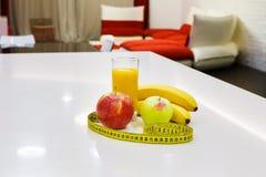 Lebensmittel der gesunden Diät - Früchte und Saft Stockbild