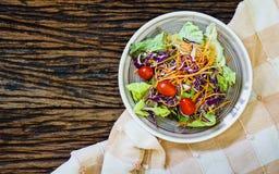 Lebensmittel der gesunden Ernährung Draufsicht des Salats auf hölzernem Hintergrund Lizenzfreie Stockbilder