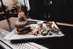 Lebensmittel in der Platte barman Nahrung zu den Kunden ' gruppe lizenzfreie stockfotografie