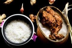 Lebensmittel des gegrillten Huhns mit Reis stockfotos