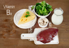 Lebensmittel des Vitamins B2 auf einem hölzernen Brett Stockfotos