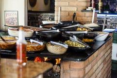 Lebensmittel in einem Selbstbedienungsrestaurant stockfotos
