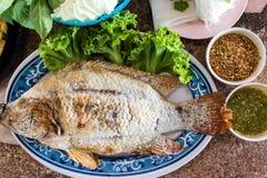 Lebensmittel eingewickelt in den Blättern und in gegrilltem Ruby Fish stockfotos