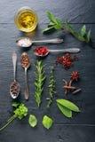Lebensmittel-Elemente und Löffel auf Holztisch Lizenzfreie Stockfotografie