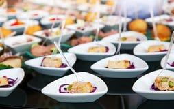 Lebensmittel für Cocktail auf Hochzeitsfest Stockfotografie