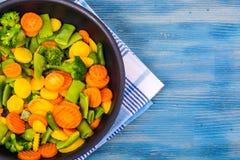 Lebensmittel für Vegetarier Eine Mischung des Gemüses auf blauem Hintergrund Lizenzfreie Stockfotos