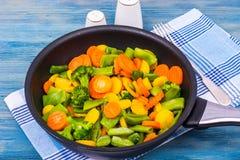 Lebensmittel für Vegetarier Eine Mischung des Gemüses auf blauem Hintergrund Lizenzfreie Stockfotografie
