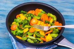 Lebensmittel für Vegetarier Eine Mischung des Gemüses auf blauem Hintergrund Stockfotografie