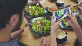 Lebensmittel-Fotos Schließen Sie oben von den Frauenhänden, die Fotos am Restaurant machen stock video