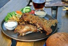 Lebensmittel - gebackene Rippen und Bier Stockfotos