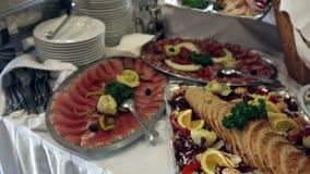 Lebensmittel gediente auf dem Tisch - alias schwedische Tabelle stock video