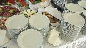 Lebensmittel gediente auf dem Tisch - alias schwedische Tabelle stock video footage