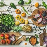 Lebensmittel Helathy-strengen Vegetariers, das Hintergrund mit ungekochten fruites und Gemüse kocht Lizenzfreie Stockbilder