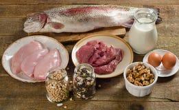 Lebensmittel hoch im Protein auf einem Holztisch stockbilder