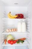 Lebensmittel im offenen Kühlschrank Lizenzfreie Stockfotos