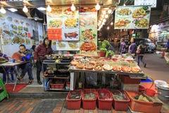 Lebensmittel klemmt in der Tempel-Straße, Hong Kong fest Stockbild