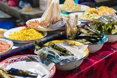 Lebensmittel klemmt am Gianyar-Nachtmarkt in Bali, Indonesien fest Stockbilder