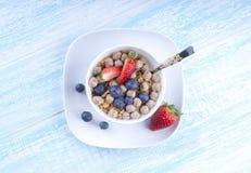 Lebensmittel machte vom Granola und vom musl eine blaue Draufsicht des Holztischs Stockbild