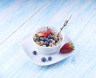 Lebensmittel machte vom Granola und vom musl eine blaue Draufsicht des Holztischs Stockbilder