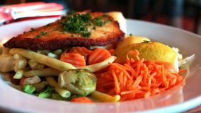 Lebensmittel mit einem großen Schnitzel und Karotten stockfoto