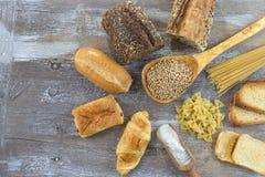Lebensmittel mit Glutenbasis auf weißem und ganzem Boden, auf grauem Schieferhintergrund lizenzfreies stockbild