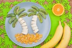 Lebensmittel mit Spaßgefühlen Palmen gemacht von den Früchten stockfotografie