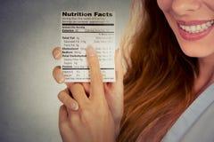 Lebensmittel-Nahrungstatsachen der Frau lesende gesunde Stockfoto