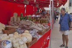 Lebensmittel-Straßenmarkt Leutebesuch Buongiorno Italien in Pisa Stockbild