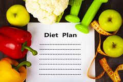 Lebensmittel und Blatt Papier mit einer Diät planen Stockbild