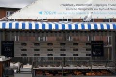 Lebensmittel- und Meeresfrüchteverkauf auf Fischerboot Lizenzfreie Stockbilder